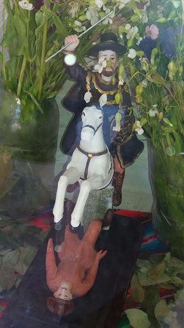 Der Heilige Jakobus, Patron der Soldaten, auf seinem Pferd. Man sieht wie er einen Mann treten wird, der den Satan darstellt.