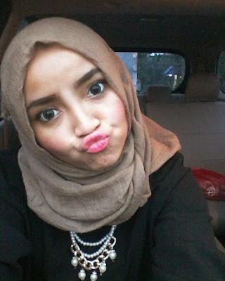 Cewek IGO Selfie Cantik hijab di dalam mobil
