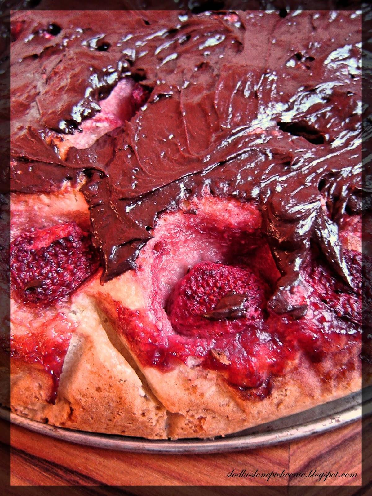 Kokosowe ciasto z truskawkami i czekoladą