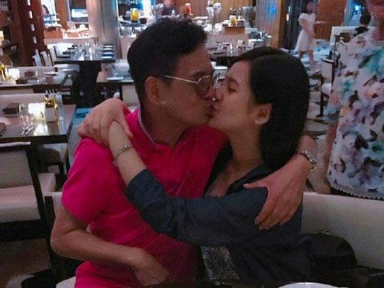 Foto Ayah Berciuman Bibir Dengan Putrinya