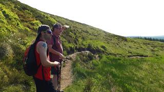 A hegymászók a távolba tekintenek Skóciában