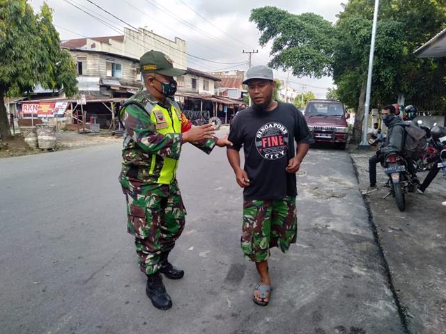 Tegur Masyarakat Tidak Pakai Masker Dilakukan Oleh Personel Jajaran Kodim 0207/Simalungun Diwilayah Binaan