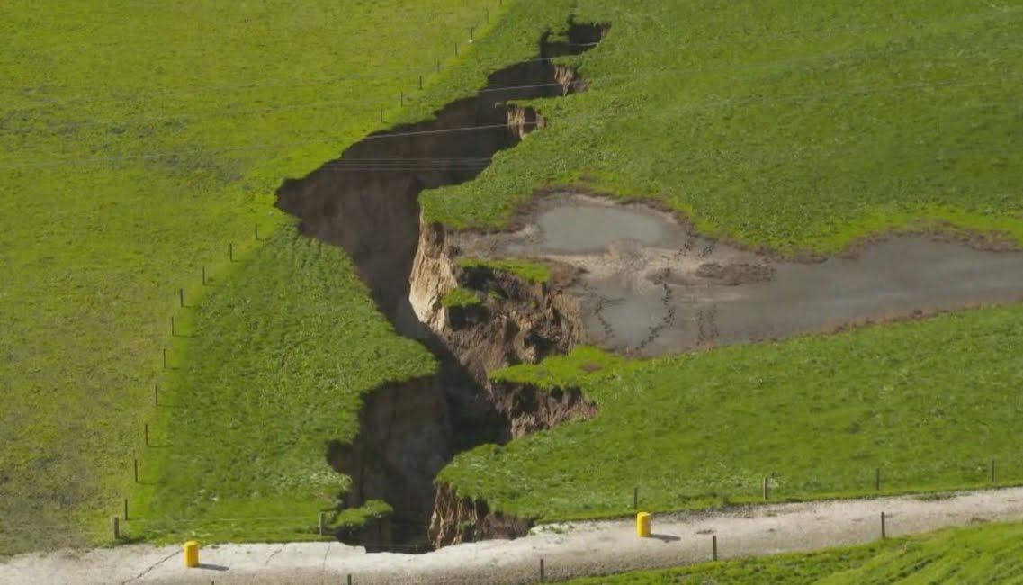 Incredibile foto della gigantesca crepa che si è aperta in Nuova Zelanda