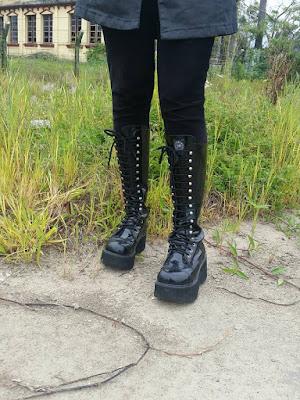 3f1b5b8e6d ... coturno de verniz da Vilela Boots ele é perfeito pra dias de chuva  assim como o sobretudo que estou usando