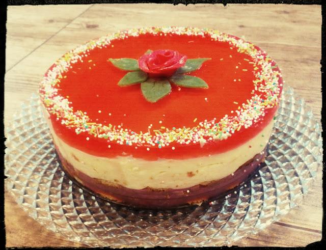 Ciasto na zimno ciasto bez pieczenia ciasto truskawkowo waniliowe sernik na zimno ciasto na biszkoptach ciasto z serkow waniliowych ciasto z budyniow