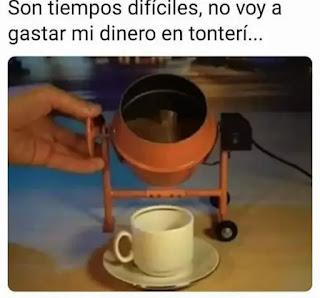 Hormigonera pequeña vertiendo café en taza de café