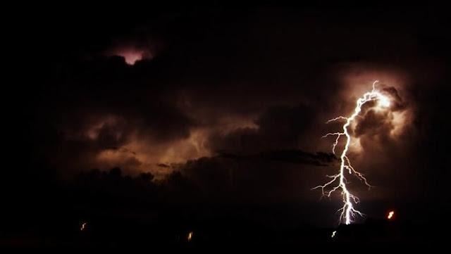 kilatan petir cantik di langit