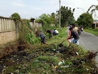 Jaga Kebersihan Lingkungan, Babinsa Koramil 17/Datuk Bandar Ajak Masyarakat Lestarikan Budaya Gotong Royong