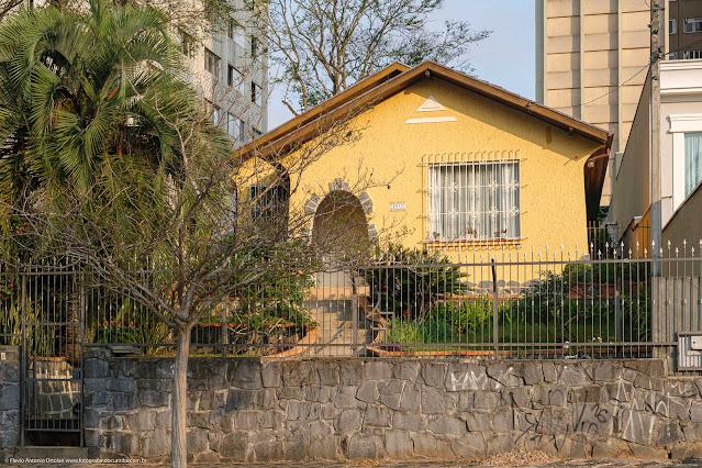 Casa, pintada de amarelo, na R. Saldanha Marinho