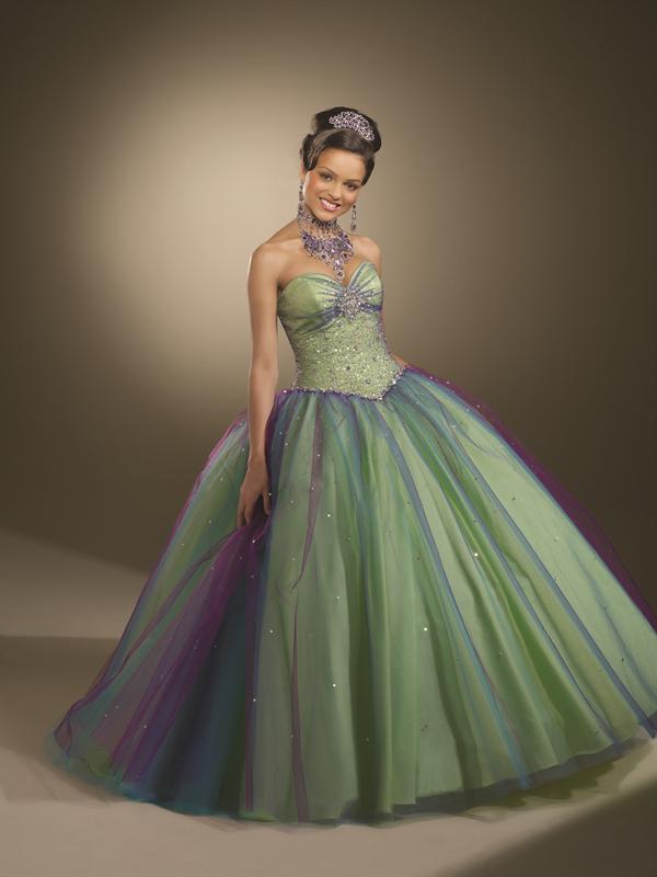 d8957e5090 Este vestido de tul cuenta con un escote corazón. La cintura y falda de  princesa completo con múltiples colores de tul. Una vuelta completa con  cordones.