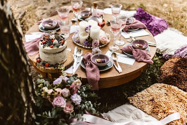 Stylizowana sesja zdjęciowa, Młoda Para w łodzi przystrojonej kwiatami, sesja zdjęciowa, romantyczny rejs, podróż poślubna, sesja ślubna, małżeństwo, talk about love, suknia ślubna, bukiet ślubny, pierścionek z kamieniem, pierścionek zaręczynowy, śliwki, fiolet, motyw przewodni, kolor przewodni, fioletowe wesele, lawendowe wesele, lawenda, śliwkowy, fiolet, stół, kieliszki, wino, tort, wesele plenerowe, dekoracje na wesele, dekoracje na ślub, aranżacja stołu