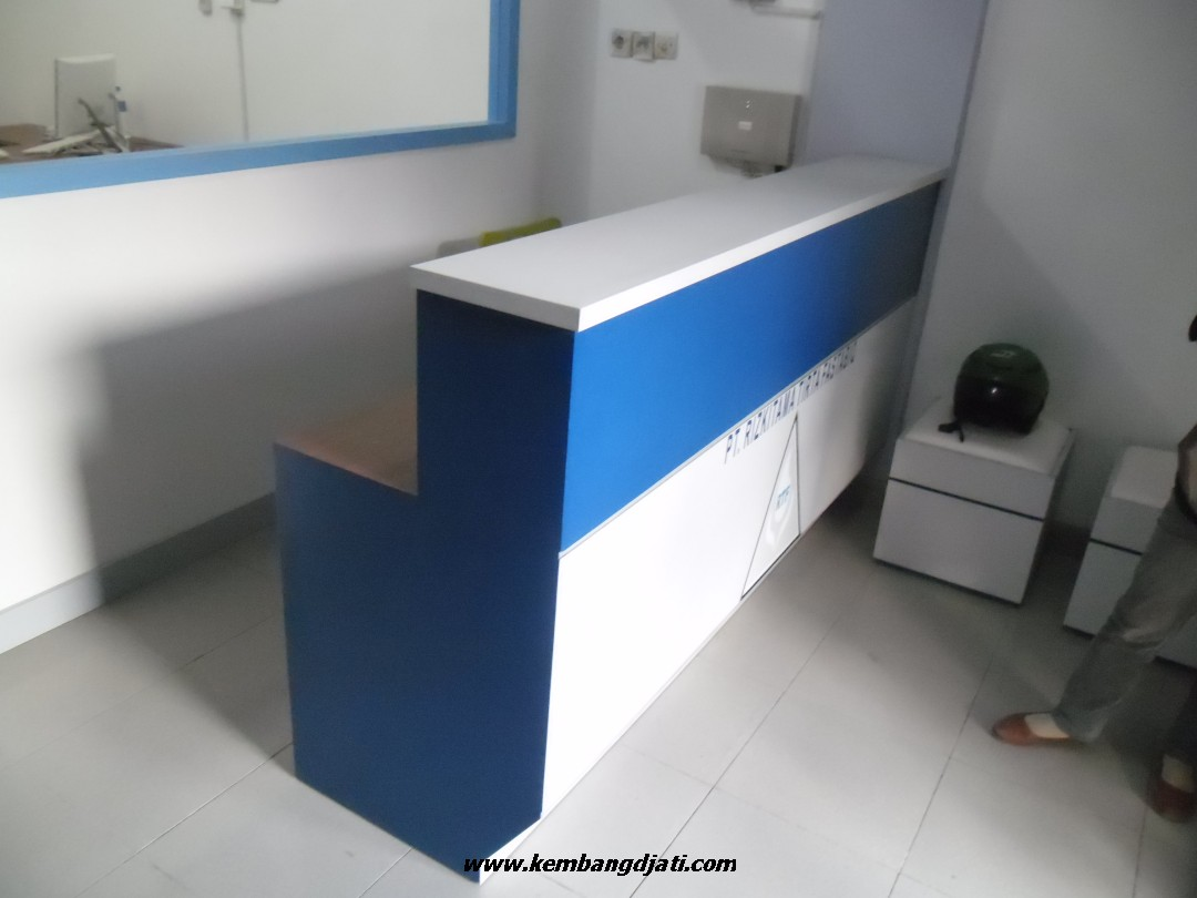 Meja resepsionis dan backdrop panel meja customer for Furniture 7 customer service