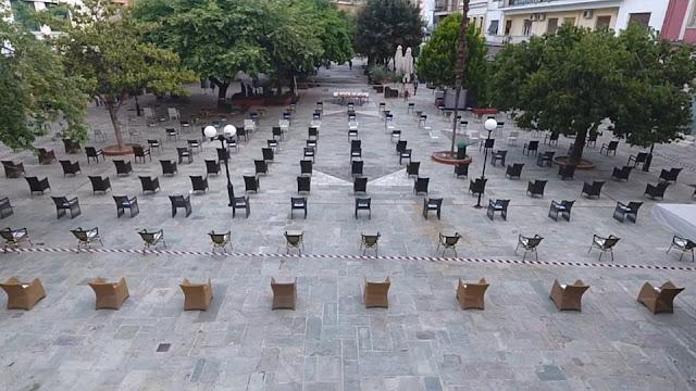 Άδειες καρέκλες στην κεντρική πλατεία στην Άρτα – ΦΩΤΟ