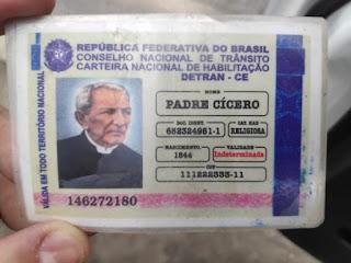 Idoso parado em blitz com 'carteira de habilitação' de Padre Cícero e Frei Damião
