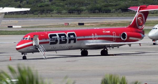 Pasajeros de Santa Bárbara Airlines están varados en Maiquetía desde el domingo