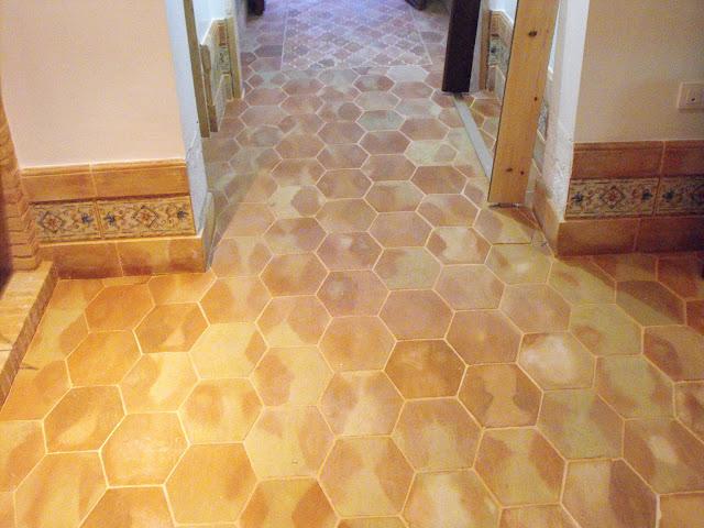 suelo de barro de forma hexagonal, fabricado a mano.