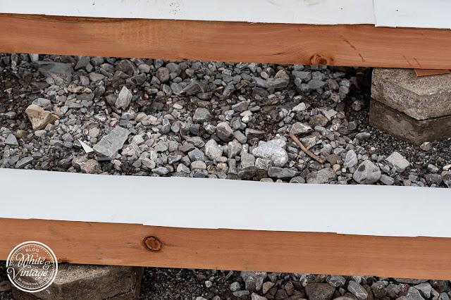 Holzbalken mit Folie vor Nässe schützen.
