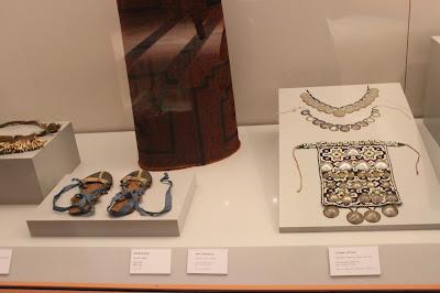 Zapatillas y adornos indígenas americanos
