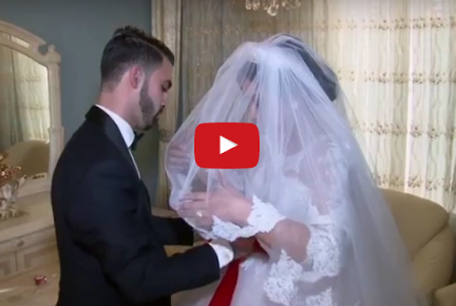 فيديو مؤثر.. هذا ما فعله شاب لشقيقته العروس لحظة مغادرتها المنزل شاهدوا ماذا فعل لها
