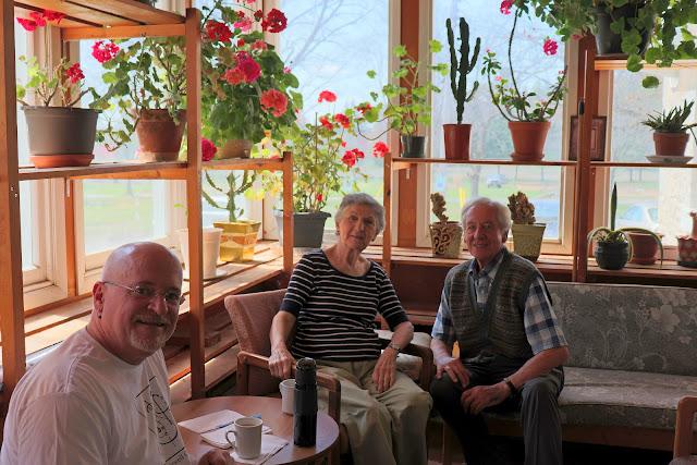 Pierre, Denyse et René se relaxent dans la véranda du Centre Galilée.
