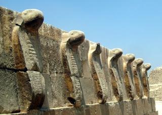 Friso de cobras del palacio de Saqqara