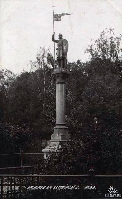 Начало XX века. Рига. Скульптурное украшение артезианского колодца - Золотой рыцарь на площади Бастея (между Пороховой башней и Бастионной горкой)