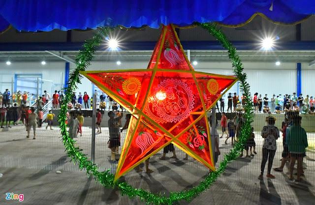 """Những đèn ông sao khổng lồ được ban tổ chức trang trí quanh khu vực tổ chức. """"Dịp này không thể thiếu đèn ông sao. Nó gắn liền với tết Trung thu, với tuổi thơ của các em"""", bác sĩ Bình (đến từ Bắc Giang), người tham gia chương trình, chia sẻ."""