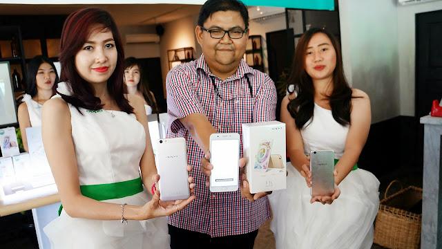 Aryo Meidianto Aji memperkenalkan produk baru OPPO F1s Selfie Expert New Edition
