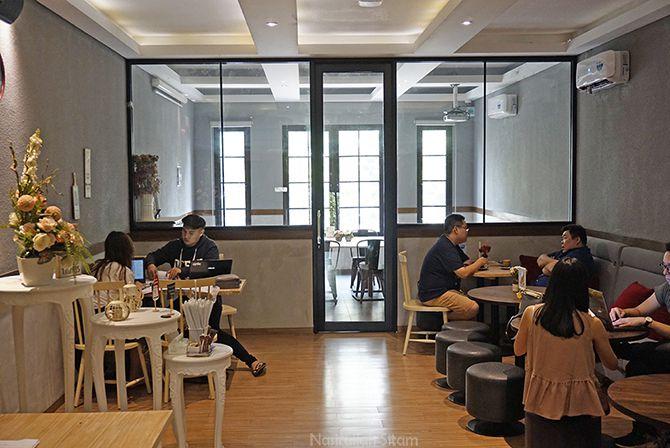 Ruangan di lantai dua Tavor Cafe Sunter juga asyik untuk bersantai