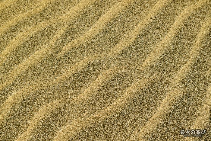 Motif de vagues dans le sable (zoom)