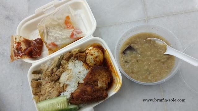 Takjil dan Menu Makan Besar yang Dibagikan Gratis Di Masjid Jamek Sultan Abdul Samad.