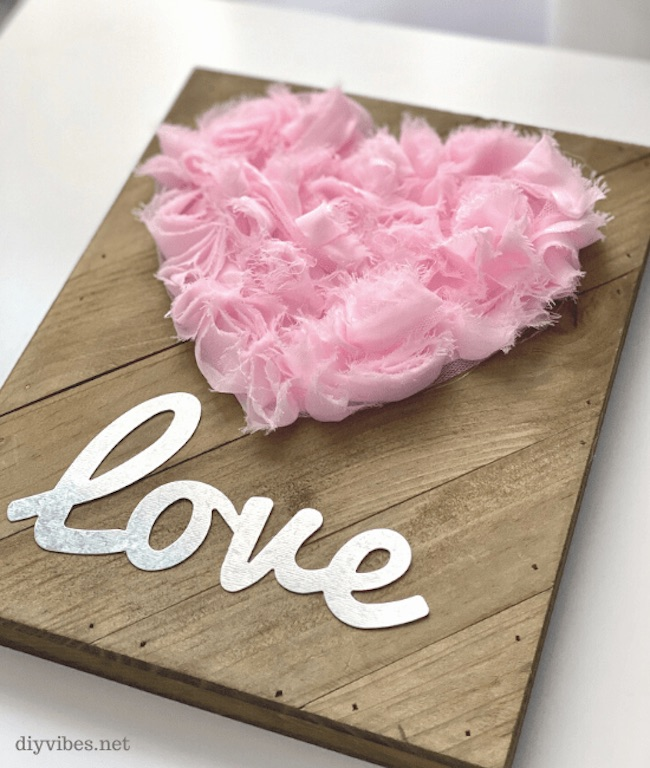 DIY Valentine's Day Heart Sign by DIY Vibes featured at Pieced Pastimes