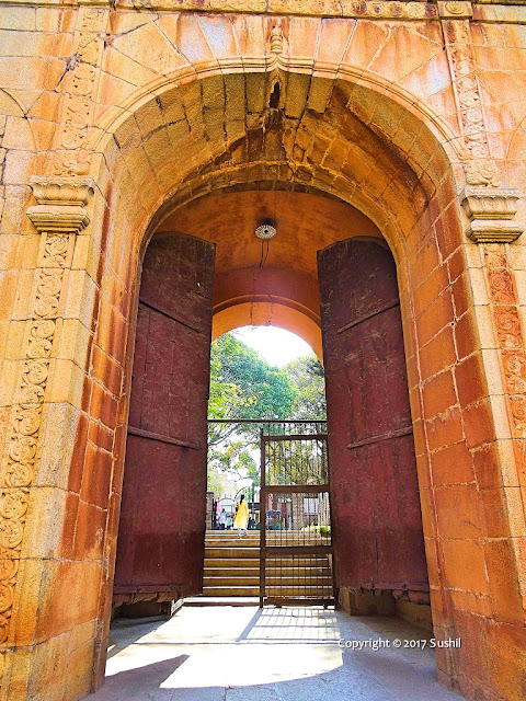 The Wooden Gate of the Bangalore Fort is Huge and Spiked (sonesrs.blogspot.in)