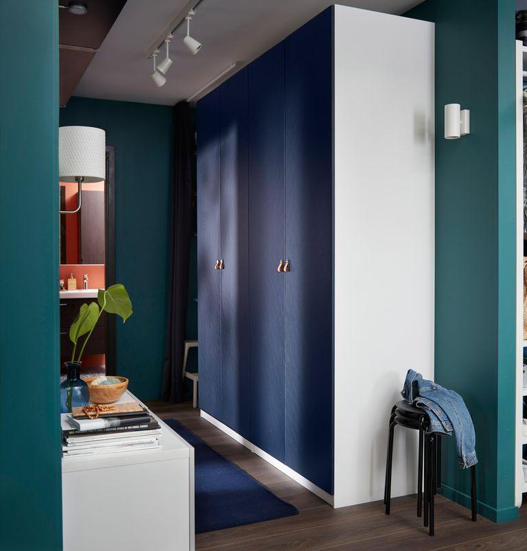 Novedades catálogo Ikea 2020 salón The Lab Home Estados Unidos USA armario blanco puertas azules recibidor