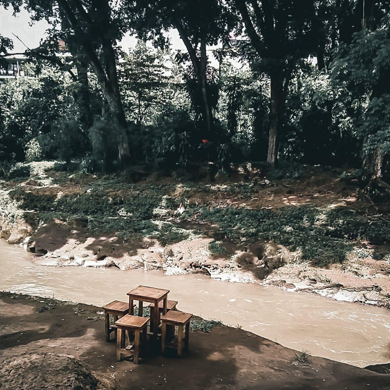 ngopi pinggir sungai