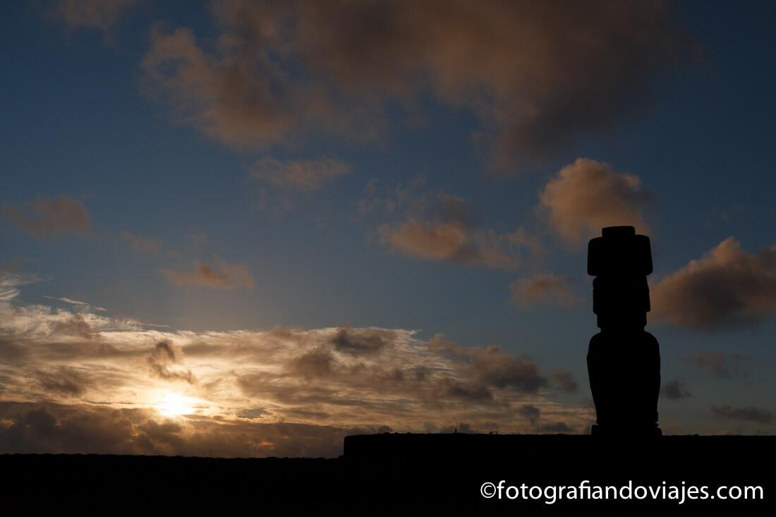 Atardecer en Ahu Tahai en isla de Pascua Rapa Nui
