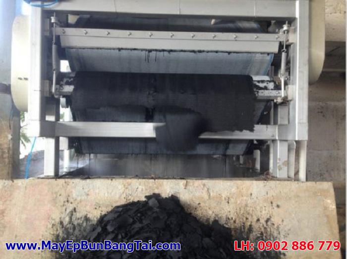 Máy ép bùn băng tải Đài Loan inox đang chạy cho một trạm XLNT