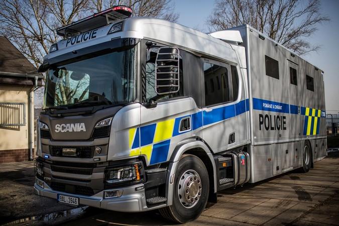 Scania P 370 é transformado em estábulo móvel para a polícia da República Tcheca