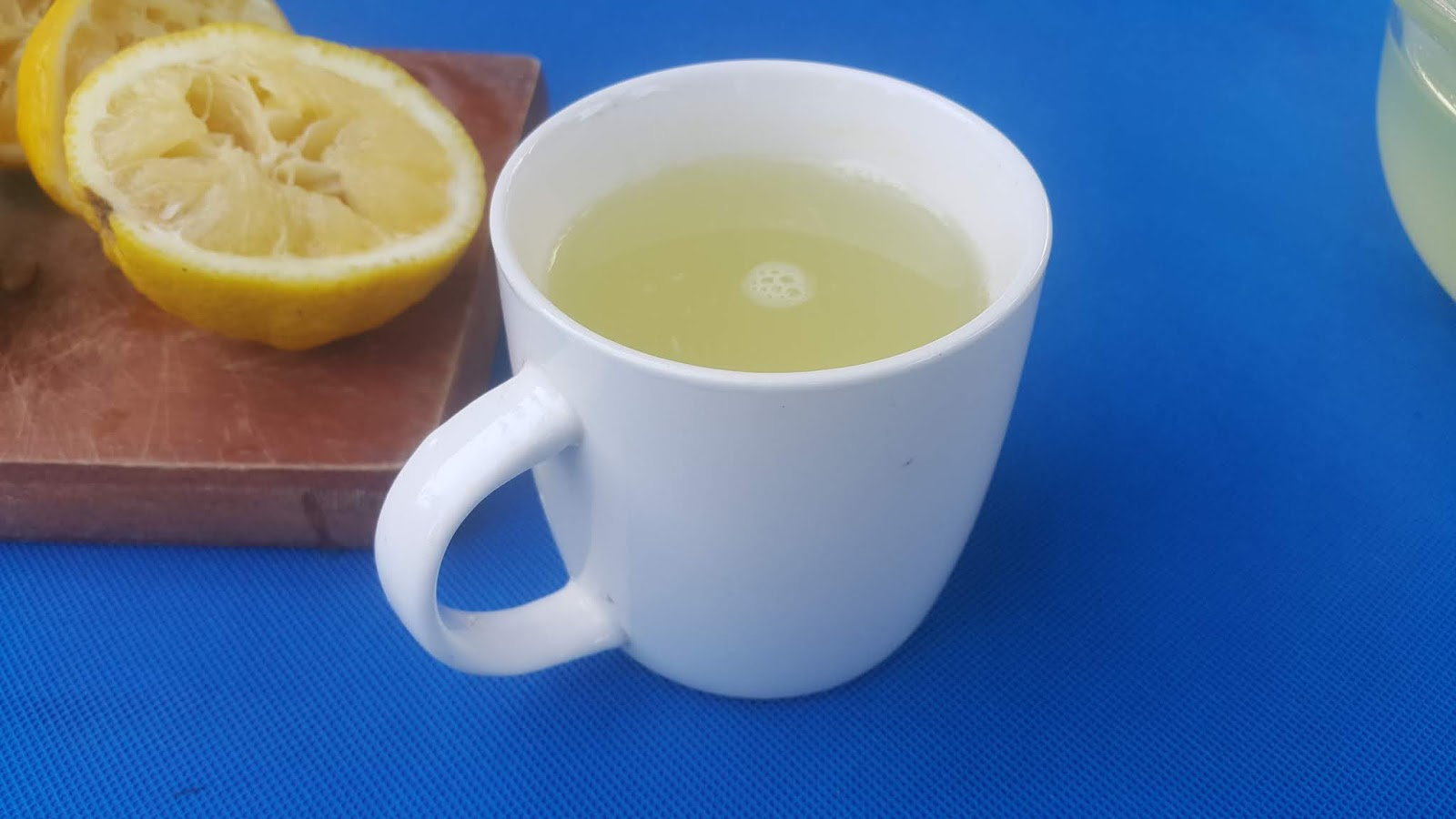 Zitrone schneidet Wasser zur Gewichtsreduktion