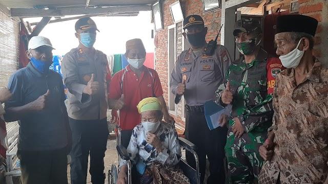 Sambut Hari Bhayangkara Ke- 74. Wakapolres Metro Bekasi. Berikan dua kursi Roda. Bagi lansia warga Desa Hurip Jaya. Babelan