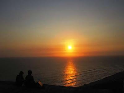 Melihat hamparan laut samudera Hindia dari bukit Parangndog