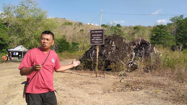 Andi Sudirman Parenrengi memperlihatkan batu yang dinamai Batu Makkikie, di Parepare