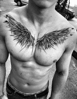 tatuaje de alas en el pecho