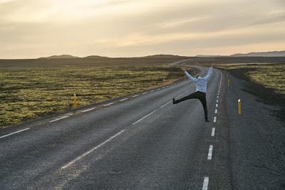 Hombre saltando solo en medio de la nada en Islandia, la soledad es una de las cosas que disfrutarás en Islandia