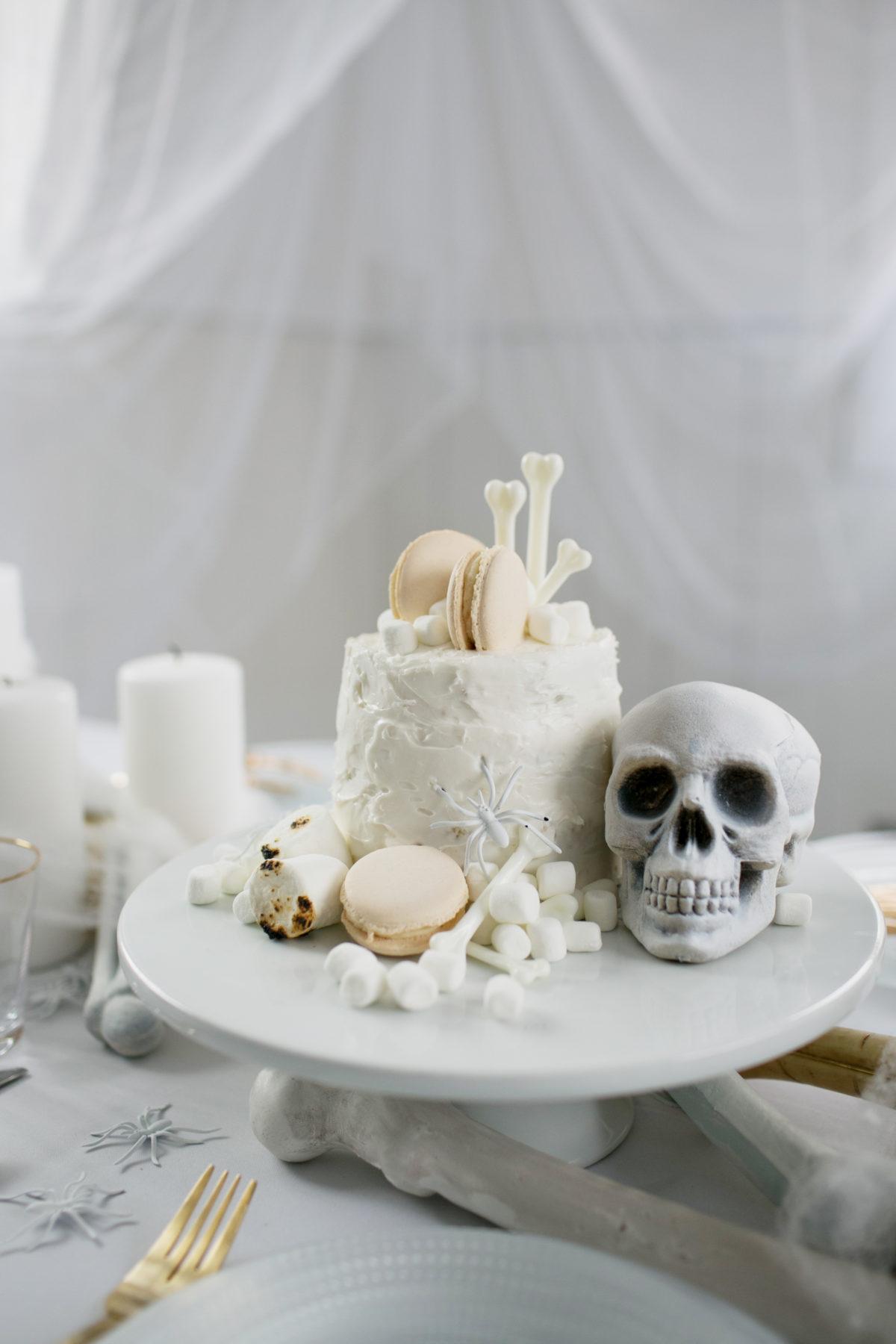 Cómo decorar una mesa de Halloween en blanco10