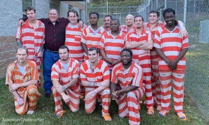 Reclusos se bautizan en prisión de Collins, Covington, Mississippi