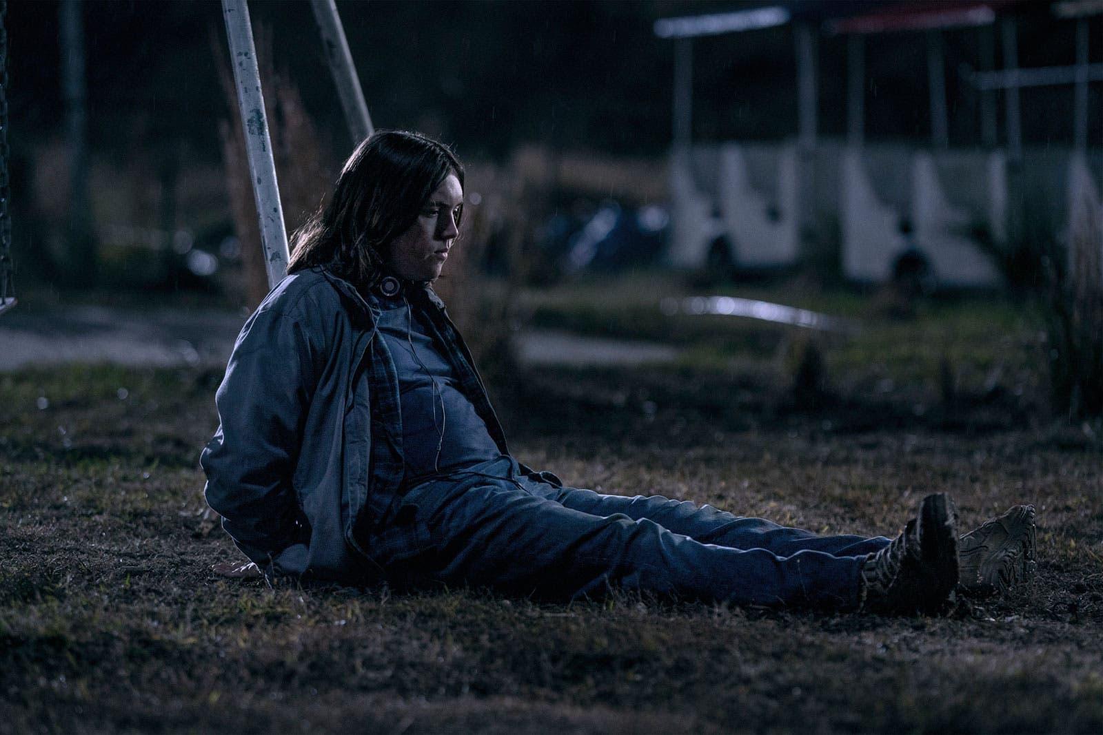 Silas atado a un poste a la espera del veredicto del grupo en el episodio 1x08 de The Walking Dead: World Beyond