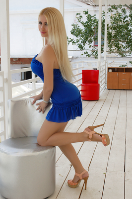 finde deine Frau aus der Ukraine / Nika Frau im blauen Minikleid