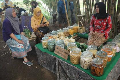 """Pemberdayaan Ekonomi Kerakyatan di Desa Wonosekar Dengan Konsep Pasar """"kepeng"""" Bengkah."""