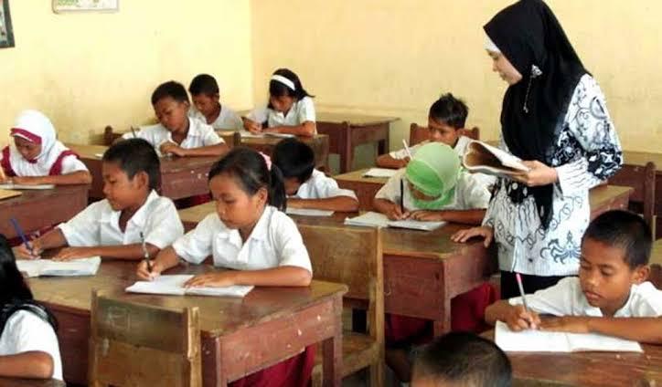 Karawang masih kekurangan banyak guru berstatus Pegawai Negeri Sipil (PNS). Dari semua sekolah dasar (SD) dan SMP di Karawang hanya ada 5.698 guru, sisanya honorer